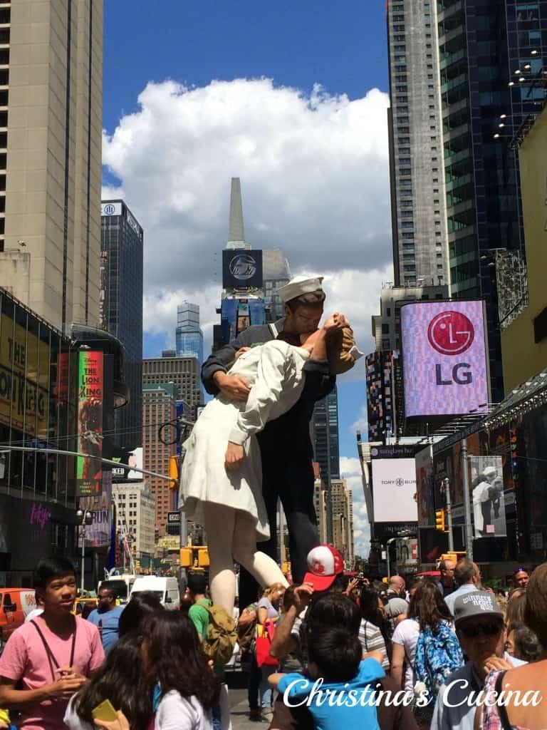 Times Square sailor kissing
