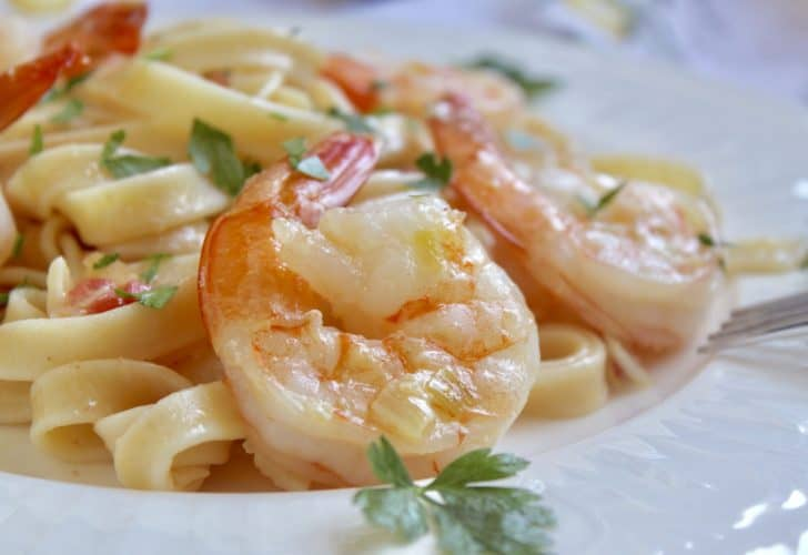 Shrimp fettuccine with cream and tomatoes