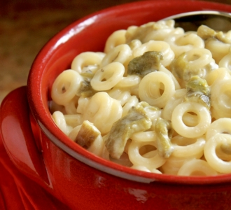 four cheese mac and cheese with Hatch chiles in a red bowl