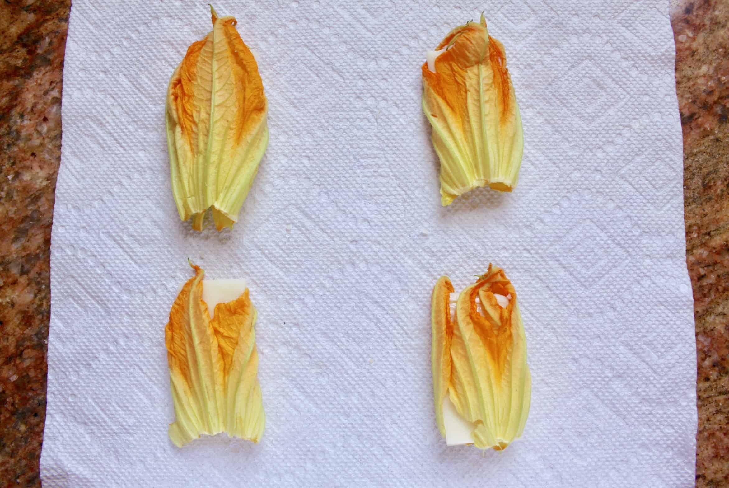 įdarytos cukinijos gėlės, paruoštos tešlai