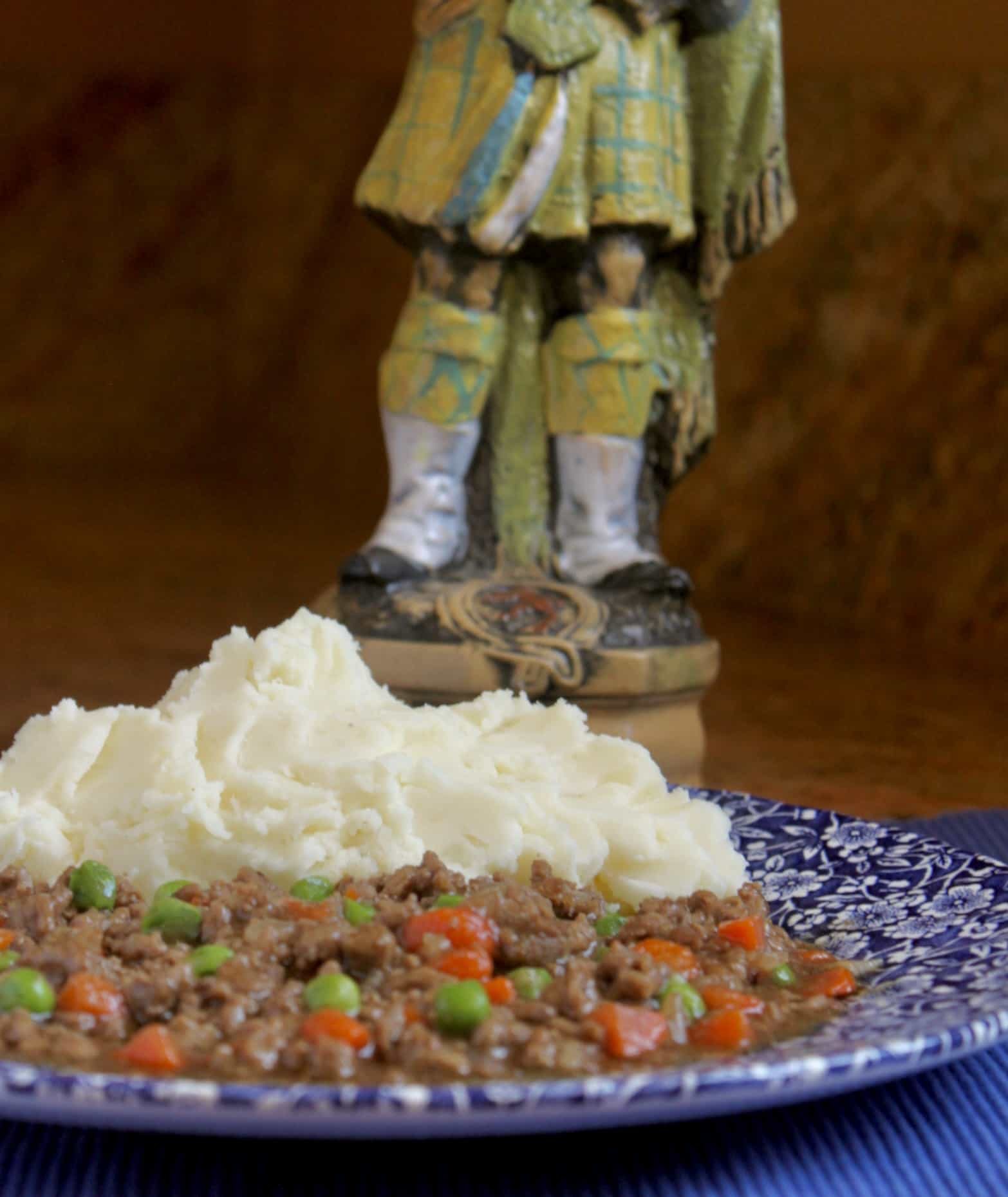 ground beef and mashed potatoes with peas